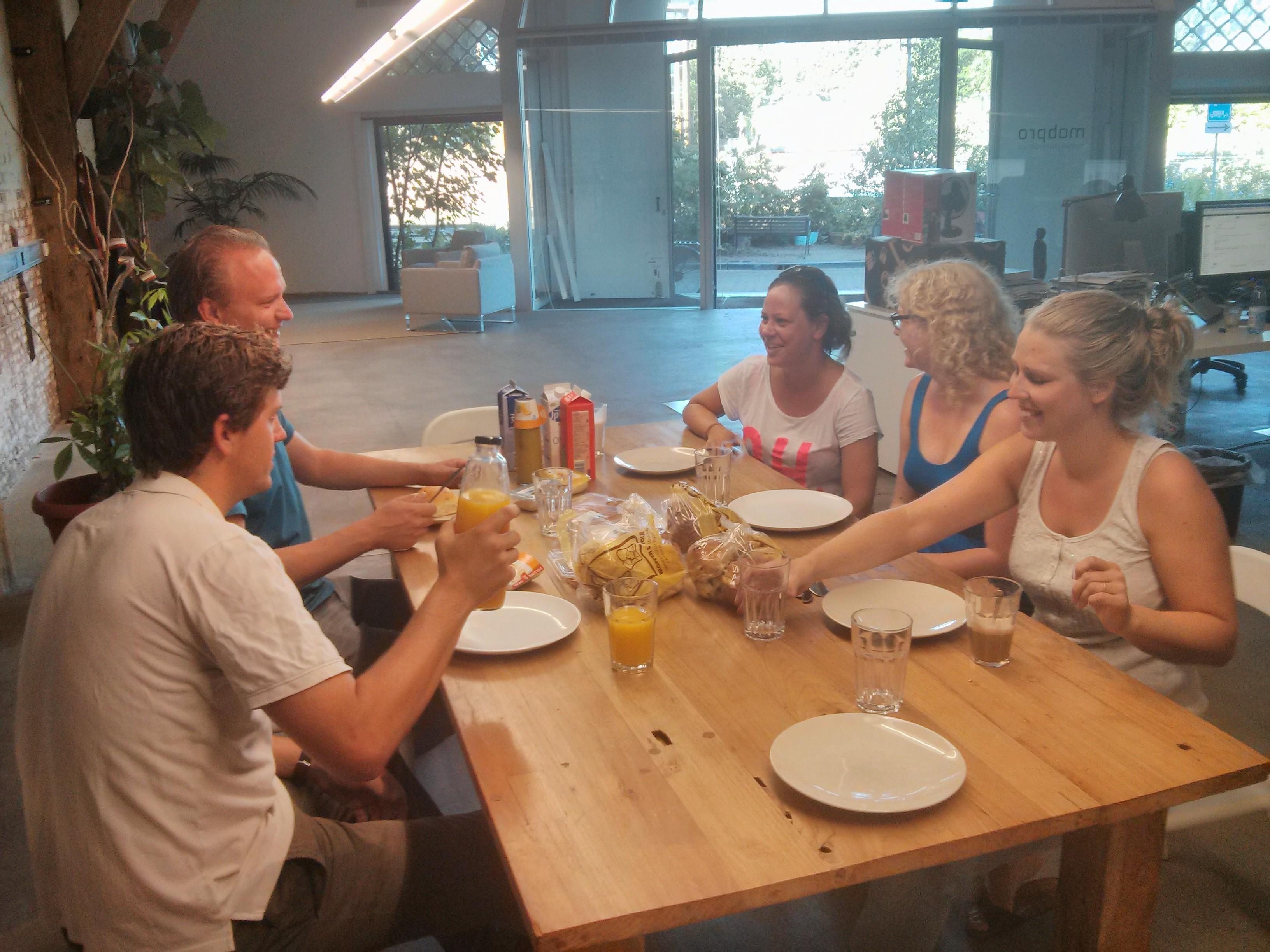 De Breakfast Meeting op maandagochtend op de Entrepotdok in 2013.